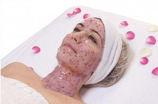 anti-rimpelbehandeling met masker van hyaloronzuur en rozenblaadjes